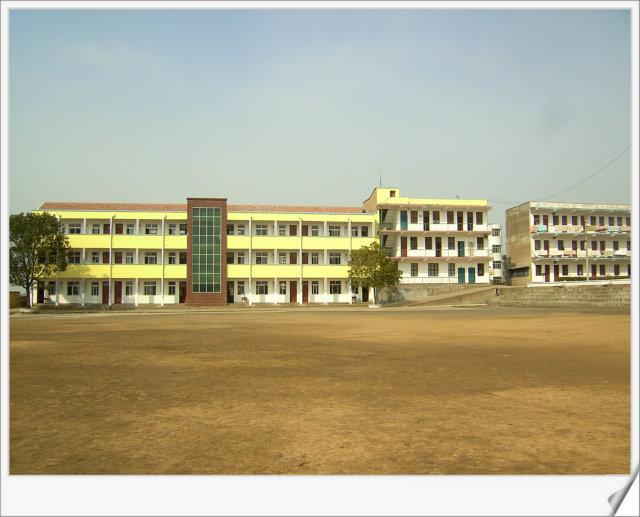 学校简介                学校位于安陆陈店乡,坐落在风景如画的山水