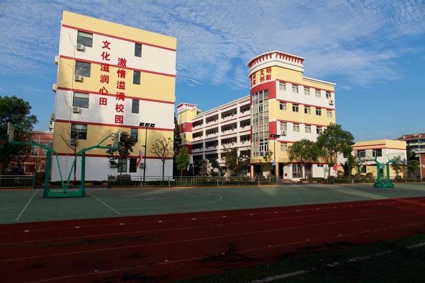 上海市嘉定区疁城实验学校于2000年由原嘉定区三皇桥小学、原嘉定区疁城中学撤并重组而成,校长印建芬。 原三皇桥小学创建于1904年,名为城西初等小学校,属于私立学校,校长黄世源,至1939年命名为嘉定县立练西小学校,校址在西门护国寺边,1978年改名为城厢镇中心校,校长张兴发,1988年正式命名为三皇桥小学,教学质量一直名列区县前列,因办学硬件设施不达标,于2000年与一墙之隔的疁城中学合并成为疁城实验学校。 原疁城中学是由嘉定区承德中学、汇龙中学于1994年合并而成,校长华世庚;承德中学创办于195