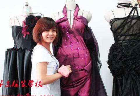 韩芳同学近期工作照 高级婚纱礼服设计师 年薪25万元.