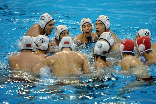 大运会水球中国男队胜土耳其 相互鼓励