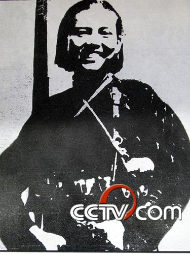抗联女英雄赵一曼   赵一曼(1905-1936),原名李坤泰,学名李淑宁,又名李一超,四川宜宾人,1926年加入中国共产党,是著名的女民族抗日英雄。   1931年九一八事变后,赵一曼被中国共产党派到东北地区领导革命斗争。1934年担任中共珠河中心县委委员兼铁道北区委书记,组织抗日自卫队,与日军展开游击战争。1935年担任东北人民革命军第3军第1师第2团政委,11月,与日伪军作战时不幸因腿部受伤被捕。日军为了从赵一曼口中获取到有价值的情报,找了一名军医对其腿伤进行了简单治疗后,连夜对其进行了严酷的