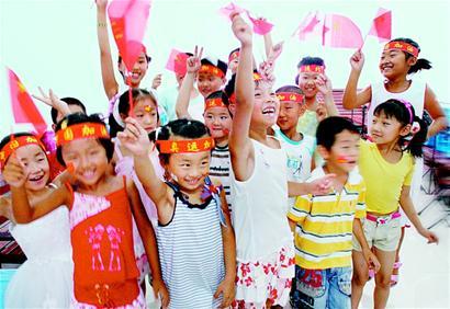 辽宁分站 辽宁教育资讯  葫芦岛海娃艺术团的小团员在准备演出   随着