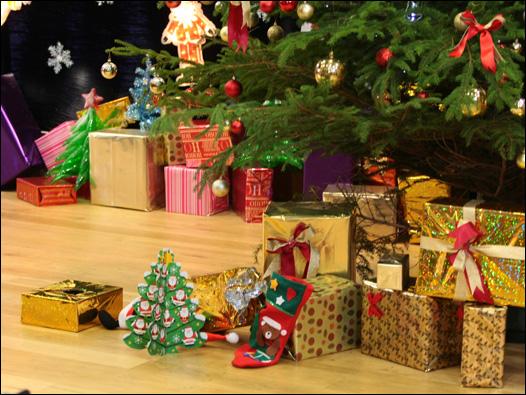 圣诞树底下摆放了许多包装精美的礼物盒子,和英国人过圣诞节一样。  BBC走进校园第一期活动的优胜队伍伦敦国王学院的同学带来圣诞歌曲表演,炒热节庆气氛。  BBC圣诞联欢活动进入最后的趣味竞猜部分。  主持人向参加同学展示奖品之一,奥运邮票。  三位中国留学生和三位国际学生组成三队参加竞猜活动。  中国留学生以英语提示国际学生,让国际学生猜出谜底。  伦敦大学学院的赵梦(中间)和阿斯顿大学的奥斯曼阿里(左)最后胜出, 获得到BBC英伦网实习一周的机会,右为BBC英伦网主编路疆。