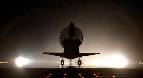 美国发现号航天飞机成功降落