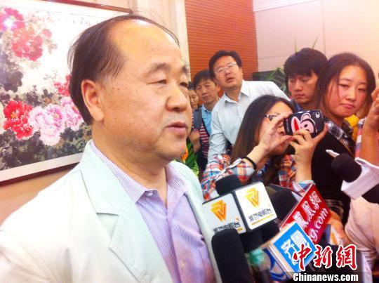 当地时间10月11日,瑞典皇家科学院诺贝尔奖评审委员会宣布中国作家莫言获得2012年诺贝尔文学奖。图为莫言11日在自己家乡山东高密接受中外记者采访。中新社发 胡洪林 摄