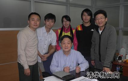图为吴建平老师与2011级博士生同学合影