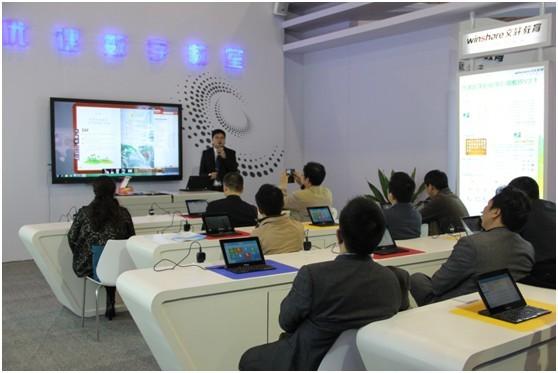 2013年11月2日,第65届中国教育装备展示会在成都隆重举行。成都享有成功之都,富贵之市的美誉。本届盛会来自全国各地的教育装备企业,以及各省市教育部门齐聚一堂,共同见证中国教育装备行业新的成果与机遇。   在文轩教育的号召下,明博教育集聚最新最热的优课产品及解决方案,在成都新国际会展中心7号馆,优课展区盛装亮相,再掀观展热潮。成都是优课产品最早的省级应用地区之一,对于明博教育此次展示不单是将已有的成果做一次高度的总结,更是一次激发优课数字化教学应用系统V3快速提升的良机。在这里,在优课数字教室的课