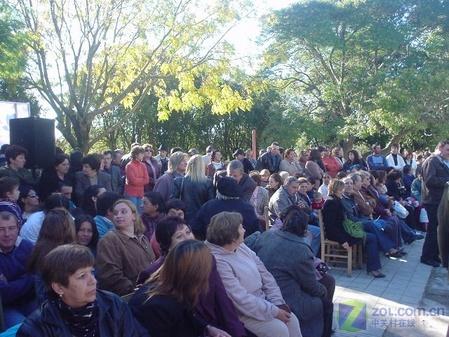 笔记本 学生 领取/乌拉圭学生排队领取100美元笔记本(图)