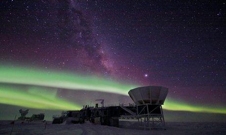 """引力波 宇宙 背景 史密森/科学家们利用一架设在南极,名为""""BICEP""""的望远镜探测到了..."""